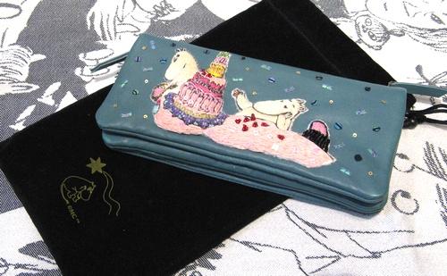 eaa7aed45947 カラーが落ち着いているので大人っぽい仕上がりです。ケーキを作ってムーミンの帰りを待つパパとママ。大切な人を思っているワンシーンがデザインされたお財布は、自分  ...